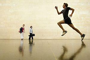 Un atleta que corre a toda velocidad por la Tate Britain, nueva obra artística de la galería