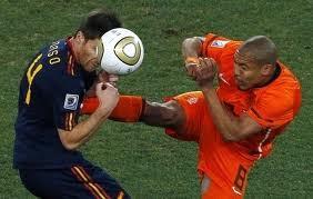 Y pensar que la FIFA sanciona con la misma tarjeta estas acciones.