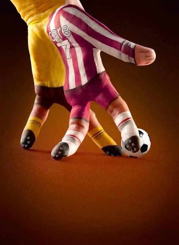 Si se puede jugar futbol con la mano.