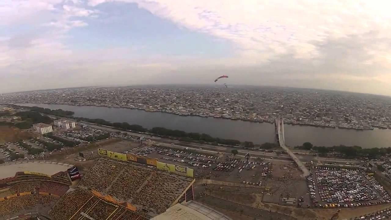 El salto en paracaídas el día del partido Barcelona-Liga.