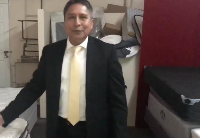 El ecuatoriano Carlos Montenegro y si fabrica de colchones en EEUU