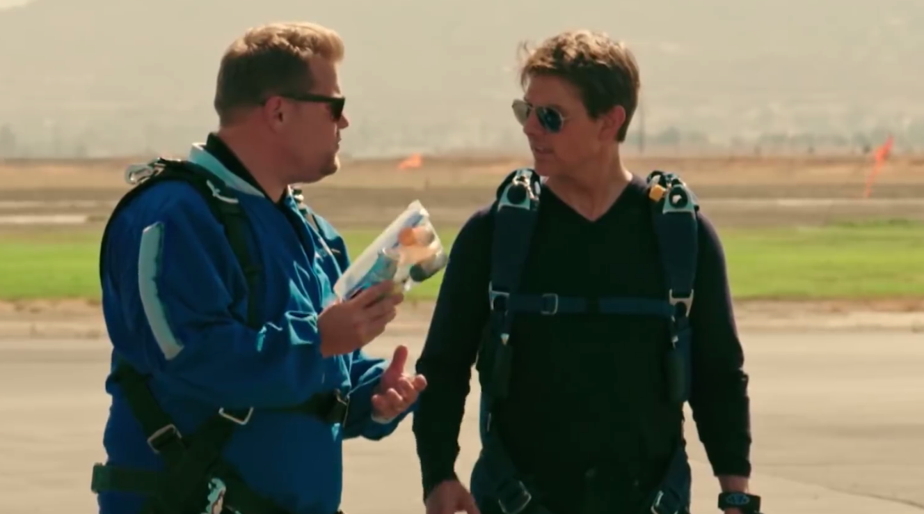 Tom Cruise prepara y lanza en paracaidas a James Corden (video youtube)