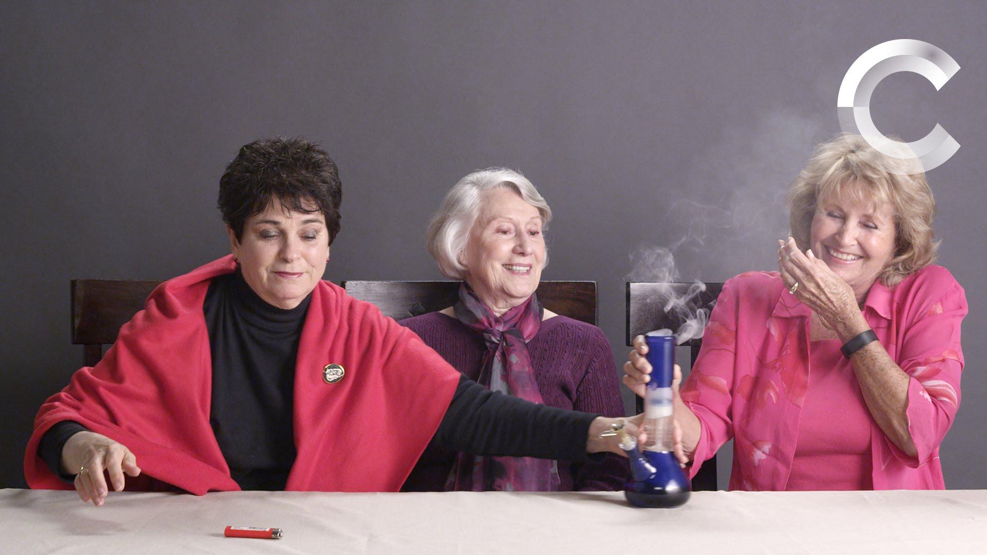 Las abuelitas y su reacción cuando fuman marihuana